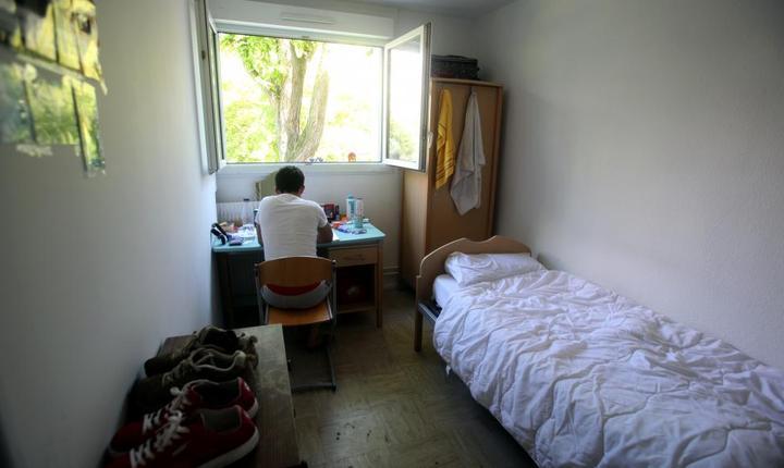 Un tânàr migrant într-un centru de azilanti al asociatiei France terre d'asile din Créteil