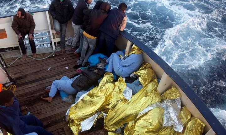Migranti africani pe un vas al unui ONG spaniol care i-a gàsit în largul coastelor