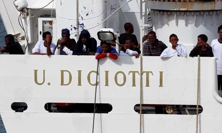 Migranti aflati pe vasul Diciotti asteapta în portul Catane, 21 august 2018