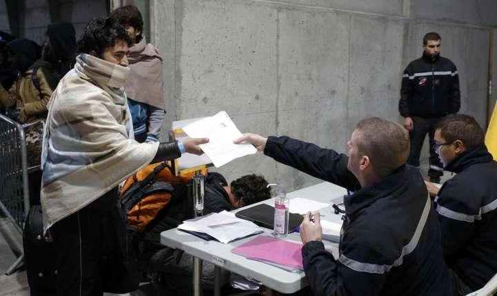 """In a doua zi a dezmembràrii """"junglei"""" de la Calais, politia înregistreazà candidatii la un loc în centrele de primire si orientare"""