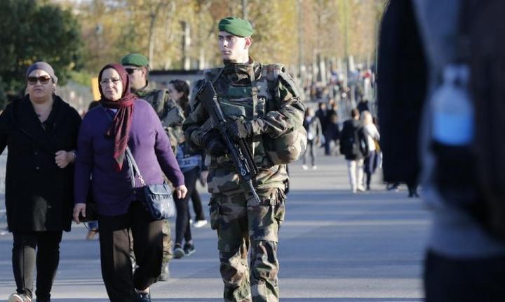 Soldati francezi patrulând nu departe de Turnul Eiffel în noiembrie 2015