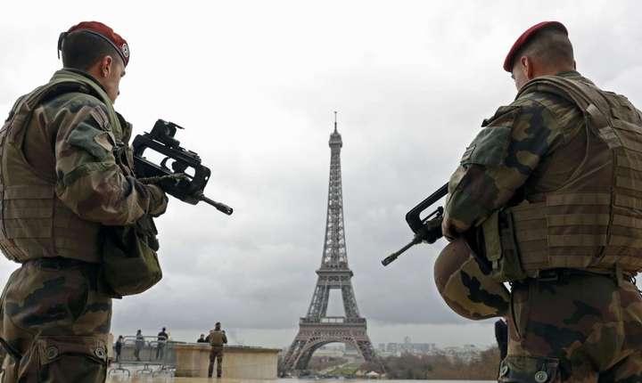 Militari patruleaza în apropiere de Turnul Eiffel din Paris in cadrul starii de urgenta, 3O martie 2016