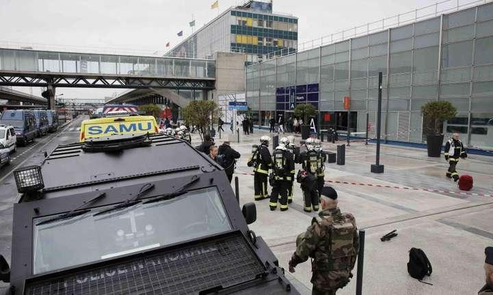 Militari si ambulante in fata terminalul de sud al Aeroportului Orly, 18 martie 2017