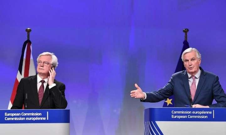 Ministrul britanic al Brexit, David Davis (s) si negociatorul-sef al UE, Michael Barnier în timpul unei conferinte de presa la Bruxelles, 19 martie 2018