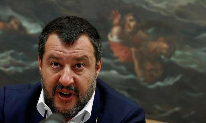 Ministrul italian de Interne, Matteo Salvini, cere din nou clarificari privind numarul de state europene pregatite sa preia migrantii înainte sa permita debarcarea acestor persoane salvate joi.