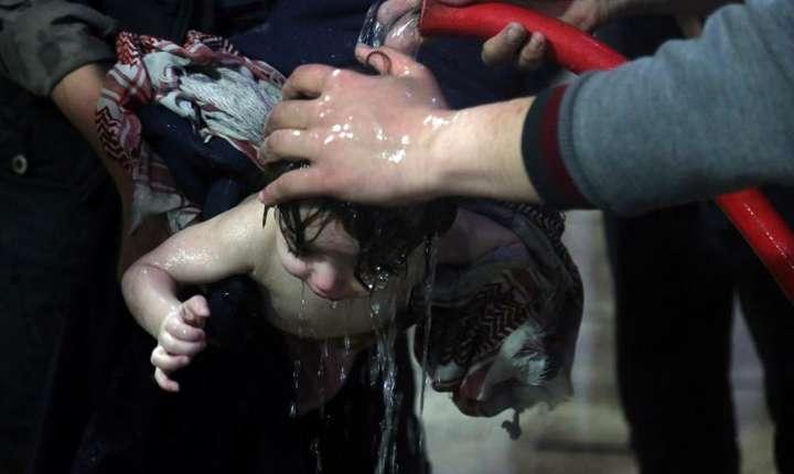 Imagine dintr-un spital din oraşul sirian Douma, după atacul chimic recent (Foto: White Helmets via Reuters)