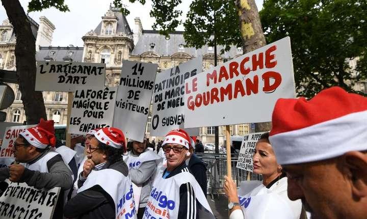 Zeci de Mosi Cràciun au manifestat în fata primàriei Parisului pentru a denunta interdictia de a mai organiza târg de Cràciun pe Champs-Elysées