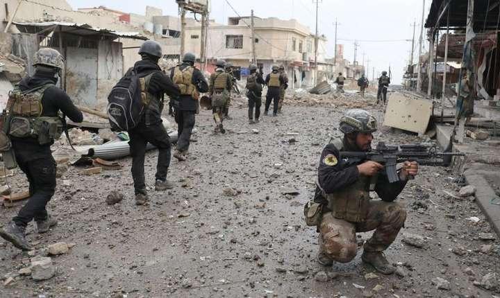 Trupe irakiene înaintînd la Mosul