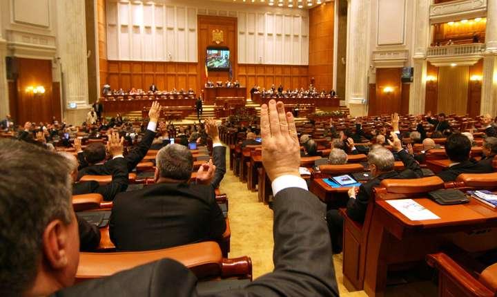 Pentru a fi adoptată, moțiunea de cenzură trebuie să întrunească voturile a 233 de parlamentari
