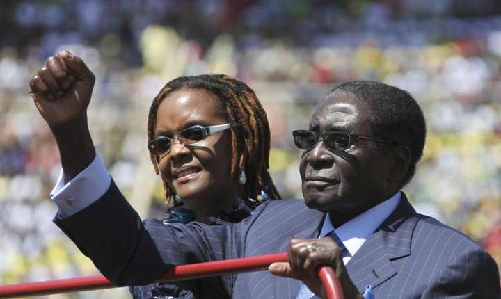Robert Mugabe, 93 de ani, împreuna cu sotia sa Grace, 52 de ani.