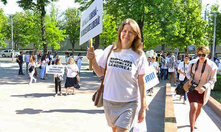 Nadine Gogu, directoarea Centrului pentru Jurnalism Independent de la Chișinău, la Marșul Solidarității Presei, cu o pancarta in mana