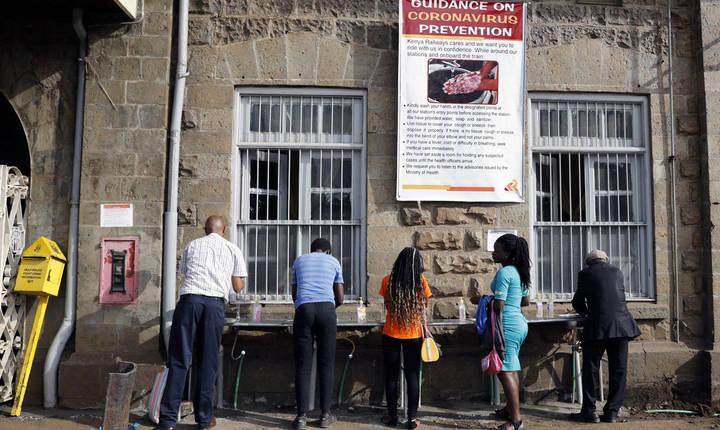 Măsuri sanitare la întrarea într-o gară din Nairobi, Kenya, 17 martie 2020.
