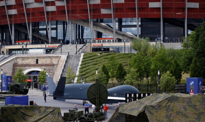 Dronà NATO în fata stadionului din Varsovia
