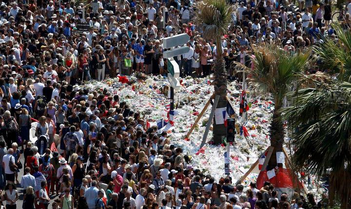 Promenade des Anglais este încă plină de flori, iar sute de oameni vin în fiecare zi să îi comemoreze pe cei 84 de oameni uciși pe 14 iulie