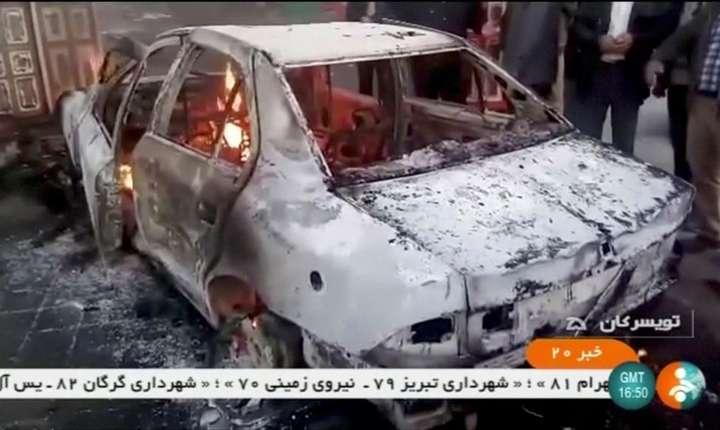 Maşină în flăcări, în Iran, 1 ianuarie 2018 (Foto: Reuters)
