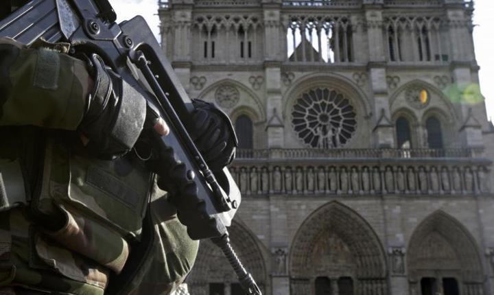 Militari în fata catedralei Notre-Dame, aprilie 2015