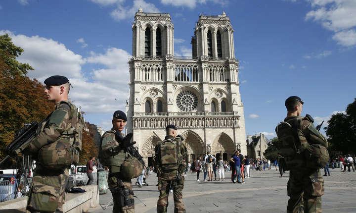 Soldati ai operatiunii Sentinelle în fata catedralei Notre-Dame în august 2017