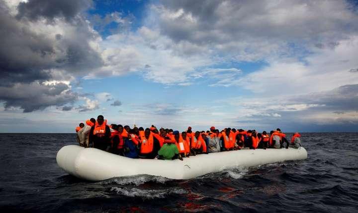 O ambarcatiune plina cu candidati la exil în Europa pluteste în Marea Mediterana, în largul Libiei, 2 ianuarie 2017