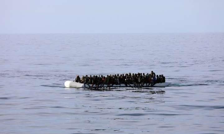 O barca pneumatica încarcata cu migranti salvati de garda de coasta libiana din Mediterana, 15 ianuarie 2018.