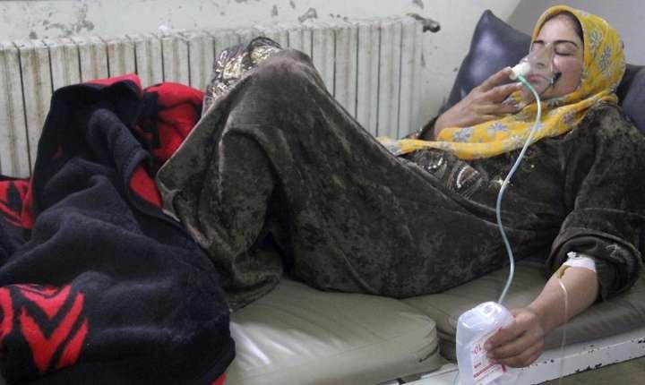 O fotografie difuzata de militanti sirieni care arata o femeie aflata asistata respirator, 15 aprilie 2014, dupa un atac cu gaz la Kfar Zeita, în provincia Hama, Siria
