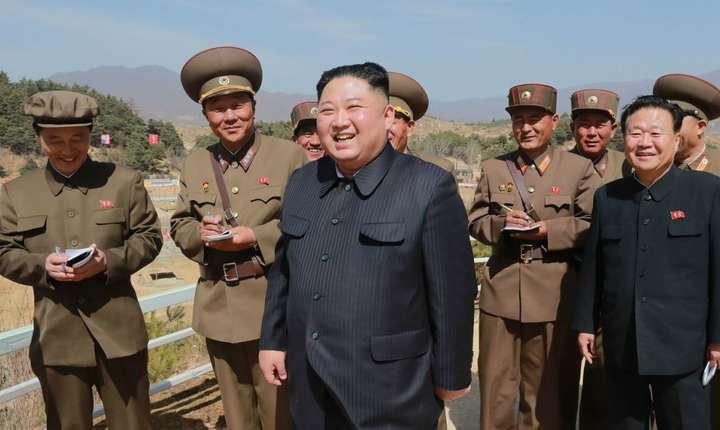O fotografie publicata pe 6 aprilie 2019 de Phenian îl arata pe Kim Jong-Un pe un sit militar din Yangdok, Coreea de Nord.