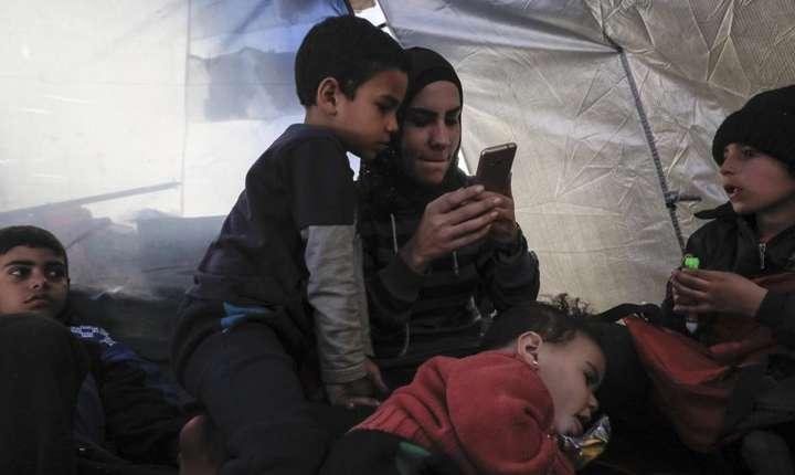 O mama si copiii ei într-o tabara cu persoane suspectate ca ar apartine gruparii Stat Islamic, 15 februarie 2018, în nordul Siriei.