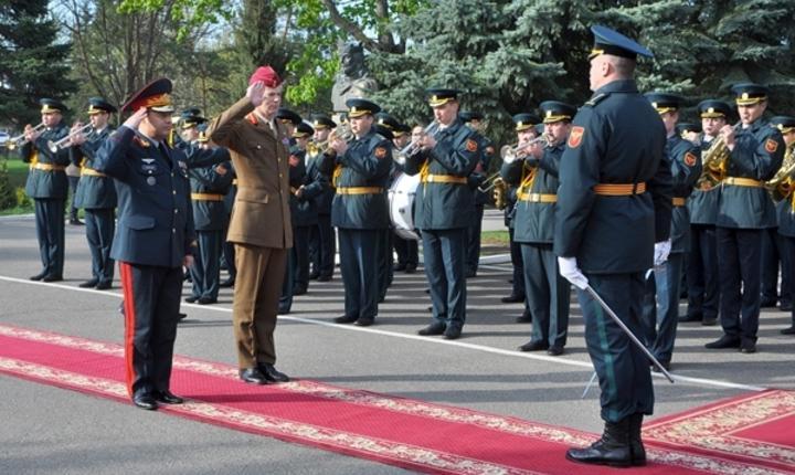 Adjunctul comandantului suprem al Forţelor Aliate din Europa, generalul britanic Adrian Bradshaw (în uniformă kaki)