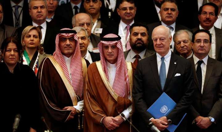 Pentru prima datà, opozitia sirianà va merge unità la negocierile de la Geneva; aici, membrii ai opozitiei siriene în jurul ministrului saudit de externe, 22 noiembrie 2017 la Ryad
