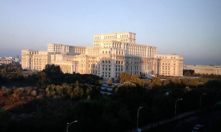 Opoziţia a depus moţiunea de cenzură în Parlament (Foto: RFI/Cosmin Ruscior)