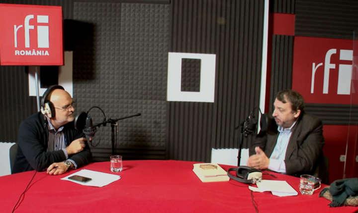 Jurnalistul Ovidiu Nahoi și istoricul Adrian Niculescu in studioul RFI Romania