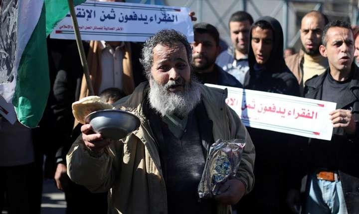 Palestinieni au manifestat pe 11 ianuarie 2018 în fata sediului Agentiei Natiunilor Unite pentru Refugiati Palestinieni, la Rafah, cerând conditii mai bune de trai