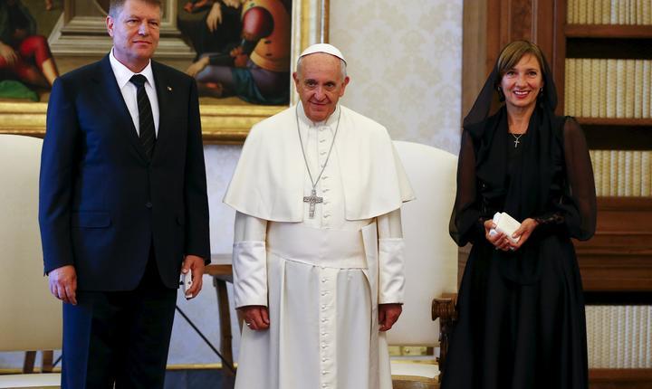 Preşedintele Klaus Iohannis şi soţia sa au fost primiţi în vizită de Papa Francisc