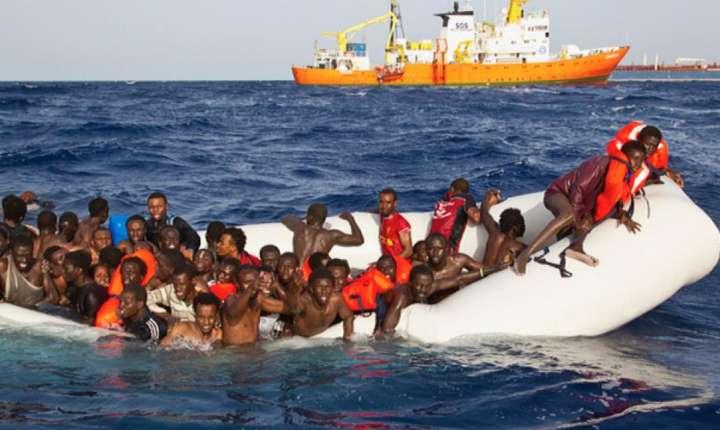 """Aprilie 2016, migranti în dificultate pe cale de a fi salvati de nava """"Aquarius"""""""