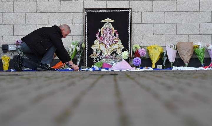 Un suporter îi aduce un omagiu patronului Leicester City, decedat într-un accident de elicopter (Foto: AFP/Ben Stansall)