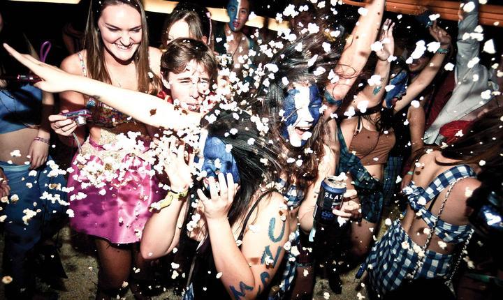 Tinerii spun că începerea vieţii sexuale s-a produs în momente marcate de lipsa adulţilor şi, uneori, de consumul de alcool