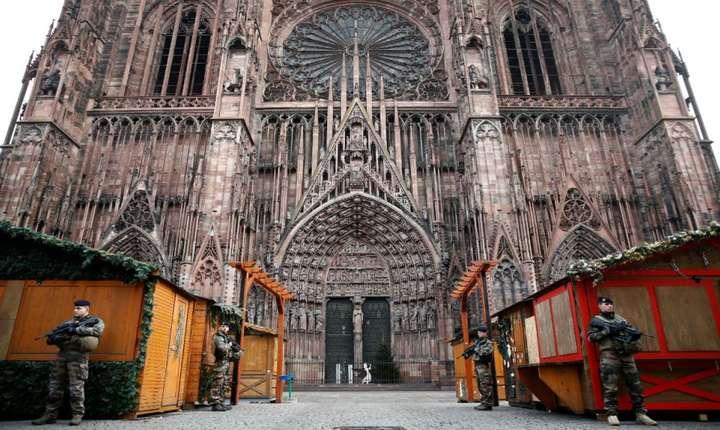 Piata de Craciun din centrul orasului Strasbourg va ramane închisa si joi. Aici a avut loc un atac marti seara, soldat cu morti si raniti. Este una din cele mai mari piete din Europa si atrage milioane de vizitatori anual.