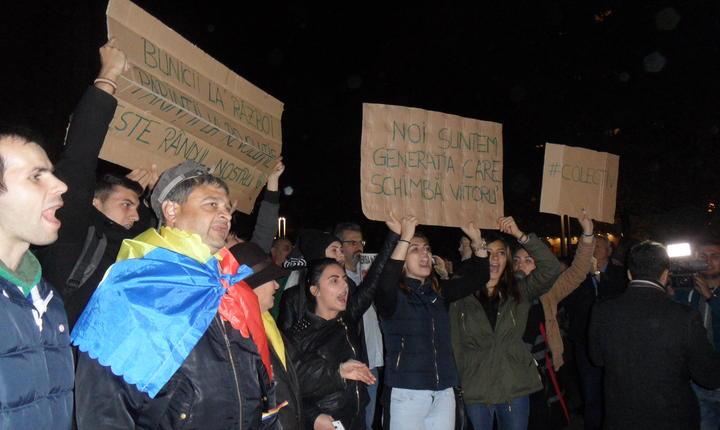 Demonstranți în Piața Universității