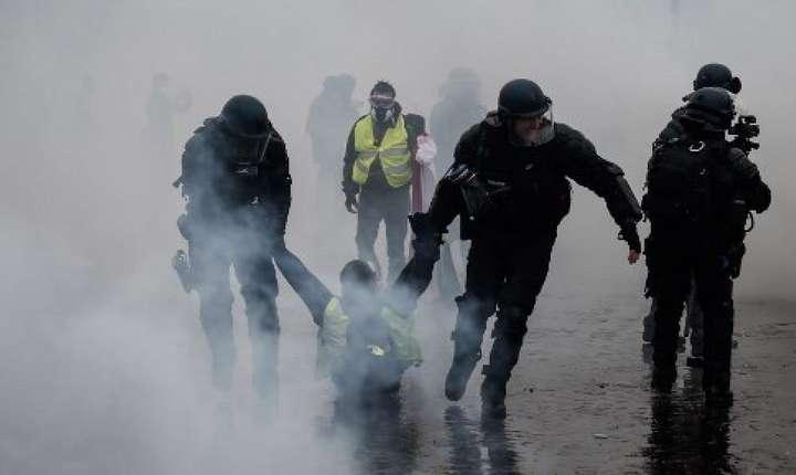 """Politisti CRS aresteazà un manifestant """"vestà galbenà"""" pe întâi decembrie, la Paris"""