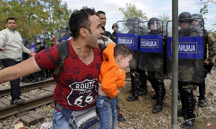 Ciocniri între imigranţi şi Poliţia din Macedonia, la graniţa cu Grecia (Foto: Reuters/Alexandros Avramidis)