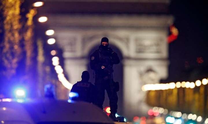 Politisti in alerta pe bulevardul Champs Elysees din Paris, 20 aprilie 2017, dupa atacul in care un politist a fost ucis