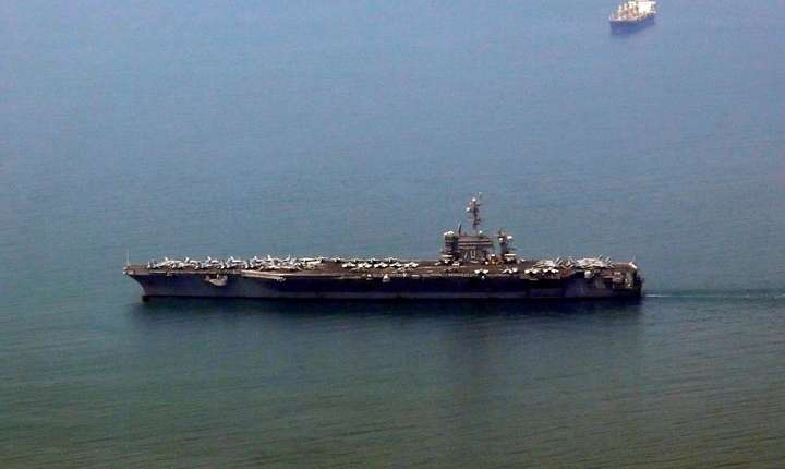 Portavionul american USS Carl Vinson, sosind în portul vietnamez Danang pe 5 martie 2018