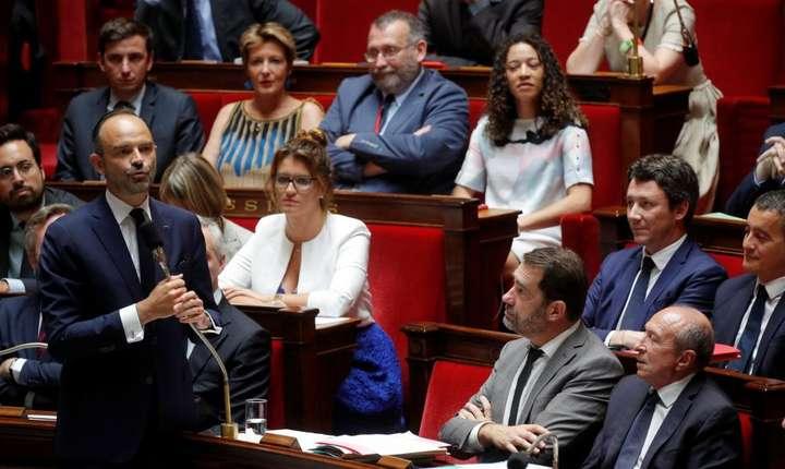 Premierul Frantei, Edouard Philippe, înconjurat de ministrii sai, pe 24 iulie 2018, în Adunarea Nationala, Paris