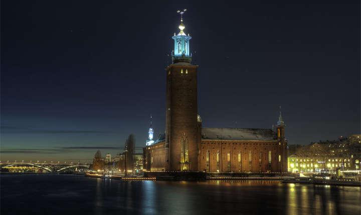 Clădirea Primăriei din Stockholm găzduiește anual Banchetul Nobel în Sala Albastră.