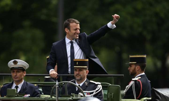 Presedintele Emmanuel Macron a ales un vehicul militar pentru a traversa Champs Elysées, Paris, 14 mai 2017