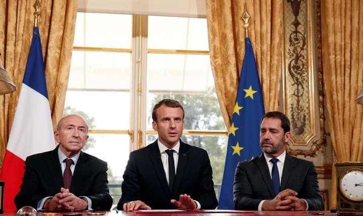 Presedintele Emmanuel Macron (centru) în momentul semnarii legii antitero care înlocuieste starea de urgenta, Palatul Elysée, 30 octombrie 2017