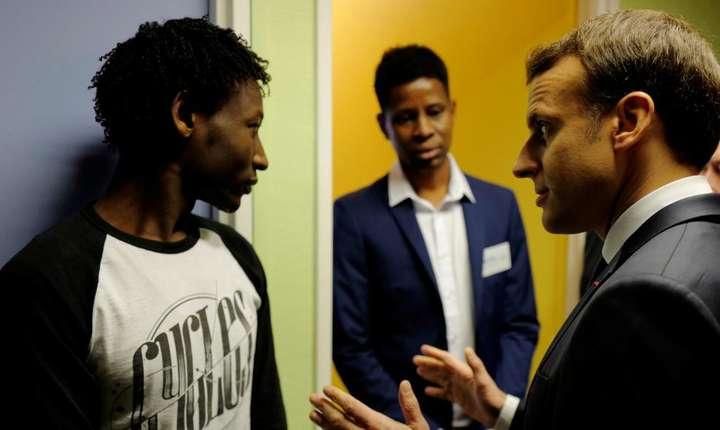 Presedintele Emmanuel Macron discuta cu un migrant sudanez în Centrul din Croisilles, lânga Calais