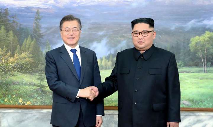 Presedintele sud-corean Moon Jae-in si liderul nord-coreen Kim Jong-un, în timpul summitului din zona demilitarizata, aprilie 2018.