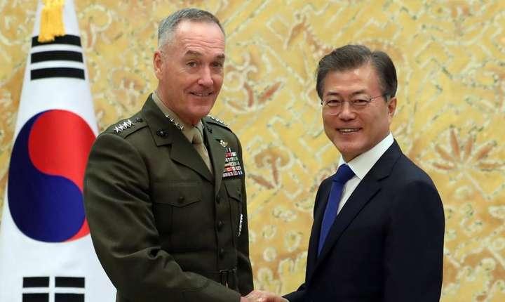 Presedintele sud-coreean Moon Jae-in îi strânge mâna lui Joseph Dunford, seful Statului Major al armatei americane, 14 august 2017, Seul