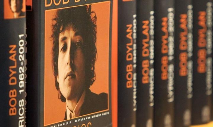 Cărţi scrise de Bob Dylan, pe rafturile din Germania (Foto: AFP/Amelie Querfurth)