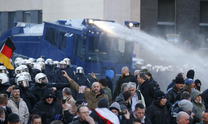 Poliţia foloseşte tunuri de apă în timpul protestului PEGIDA (Foto: Reuters/Wolfgang Rattay)
